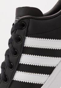 adidas Originals - COAST STAR - Sneakersy niskie - cblack/ftwwht/cblack - 5