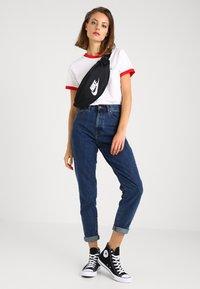 Nike Sportswear - HERITAGE UNISEX - Sac banane - black/white - 1