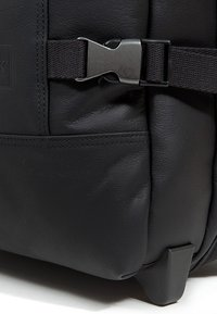 Eastpak - TRANVERZ S LEATHER REISEGEPÄCK - Trolleyväska - black ink - 6