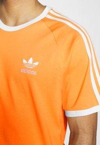 adidas Originals - STRIPES TEE - T-shirt med print - hazy orange - 4