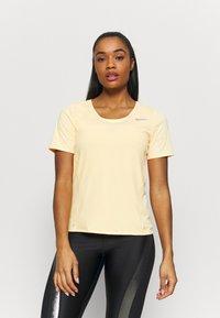Nike Performance - CITY SLEEK - Camiseta estampada - melon tint/silver - 0