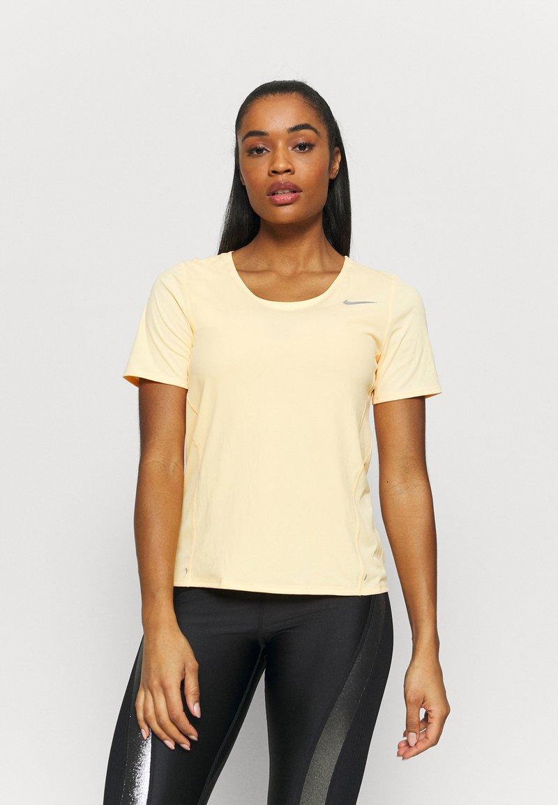 Nike Performance - CITY SLEEK - Camiseta estampada - melon tint/silver