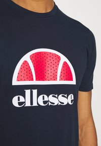 Ellesse - ALTERZI - T-shirt z nadrukiem - navy - 5