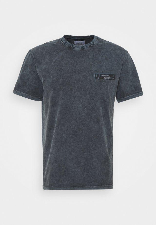 PLEED TEE - T-shirts med print - antra grey