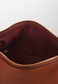 Coach - SHAY SHOULDER BAG - Handbag - saddle - 3