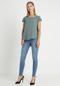 ONLY - ONLVIC SOLID  TOP - Blusa - balsam green - 1