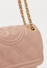 Tory Burch - FLEMING SOFT SMALL CONVERTIBLE SHOULDER BAG - Kabelka - pink moon - 3