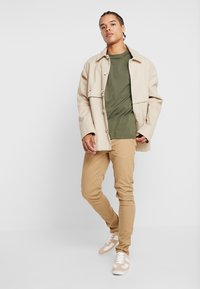 Blend - BHNATAN PANTS - Pantalones chinos - sand brown - 1
