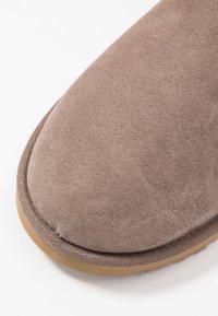 UGG - CLASSIC MINI II - Classic ankle boots - mole - 2