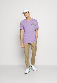 YOURTURN - UNISEX ANTI SOCIA - T-shirt print - lilac - 1