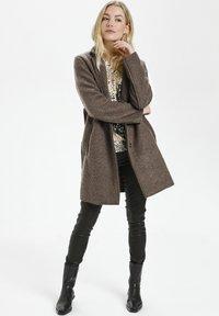 Culture - Klasyczny płaszcz - friar brown - 0