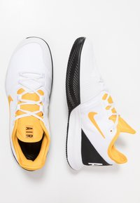 Nike Performance - COURT AIR MAX WILDCARD CLAY - Clay court tennis shoes - white/university gold/black - 1