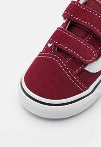Vans - OLD SKOOL UNISEX - Sneakers laag - pomegranate/true white - 5