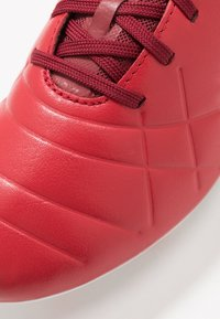 Umbro - MEDUSÆ III PRO FG - Scarpe da calcetto con tacchetti - toreador/white/merlot - 5