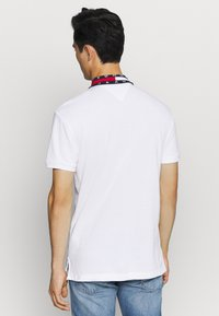 Tommy Jeans - FLAG NECK  - Koszulka polo - white - 2