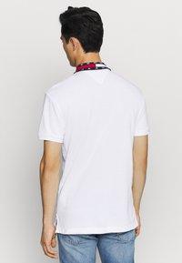 Tommy Jeans - FLAG NECK  - Poloshirt - white - 2