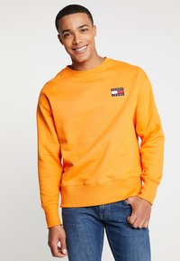 Tommy Jeans - BADGE CREW - Sweatshirt - orange - 0