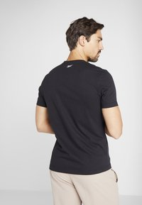 Reebok - ELEMENTS SPORT SHORT SLEEVE GRAPHIC TEE - Camiseta estampada - black - 2