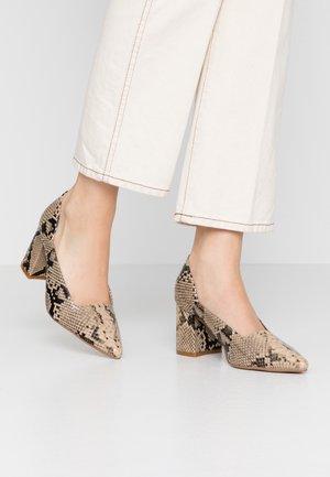 STRAPPY POINTED BLOCK HEEL SHOE - Classic heels - grey