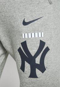 Nike Performance - NEW YORK YANKEES COLOR BAR CLUB JOGGERS - Club wear - dark grey heather - 5