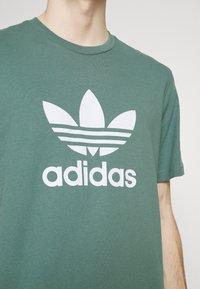 adidas Originals - TREFOIL UNISEX - T-shirt z nadrukiem - hazy emerald/white - 3