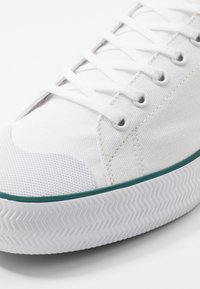Lacoste - GRIPSHOT - Sneakers - white/green - 5