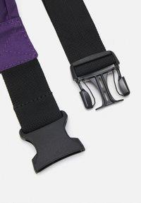 Levi's® - LARGE BANANA SLING UNISEX - Bum bag - regular purple - 3