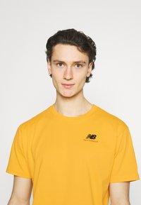New Balance - ESSENTIALS EMBROIDERED TEE - Basic T-shirt - aspen - 3