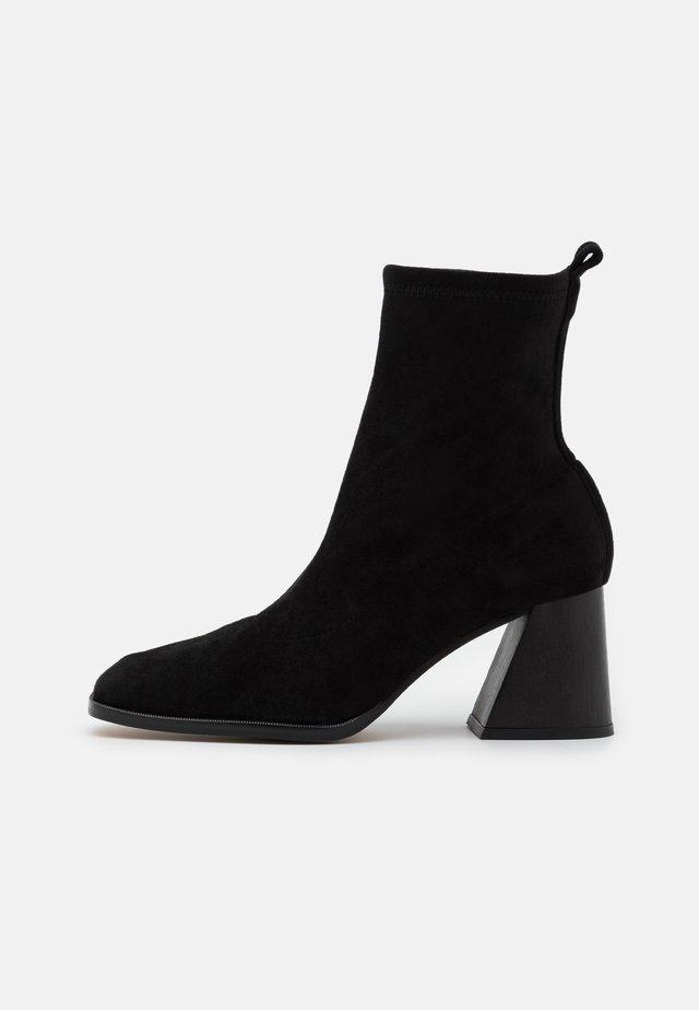 VEGAN GABRIELA - Støvletter - black