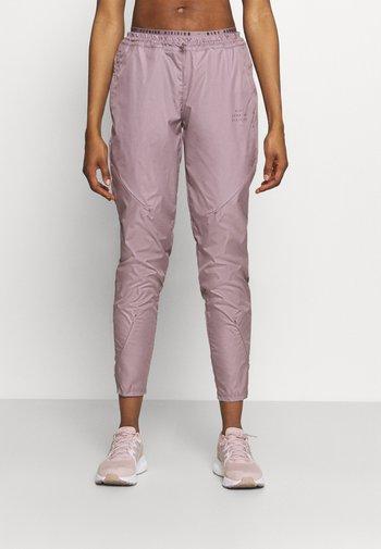 RUN PANT - Pantalones deportivos - purple smoke/black/gold