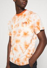 Kickers Classics - TWO TONE TEE - T-shirt z nadrukiem - orange - 5