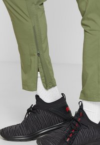Puma - ENERGY PANT - Pantalon de survêtement - olivine/yellow - 5