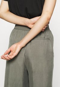 ARKET - WIDE LEGGED TROUSER - Kalhoty - khaki green/dusty light - 7