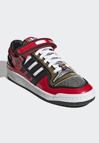 adidas Originals - FORUM LOW SIMPSONS DUFF UNISEX - Zapatillas - red/core black/ftwr white - 2
