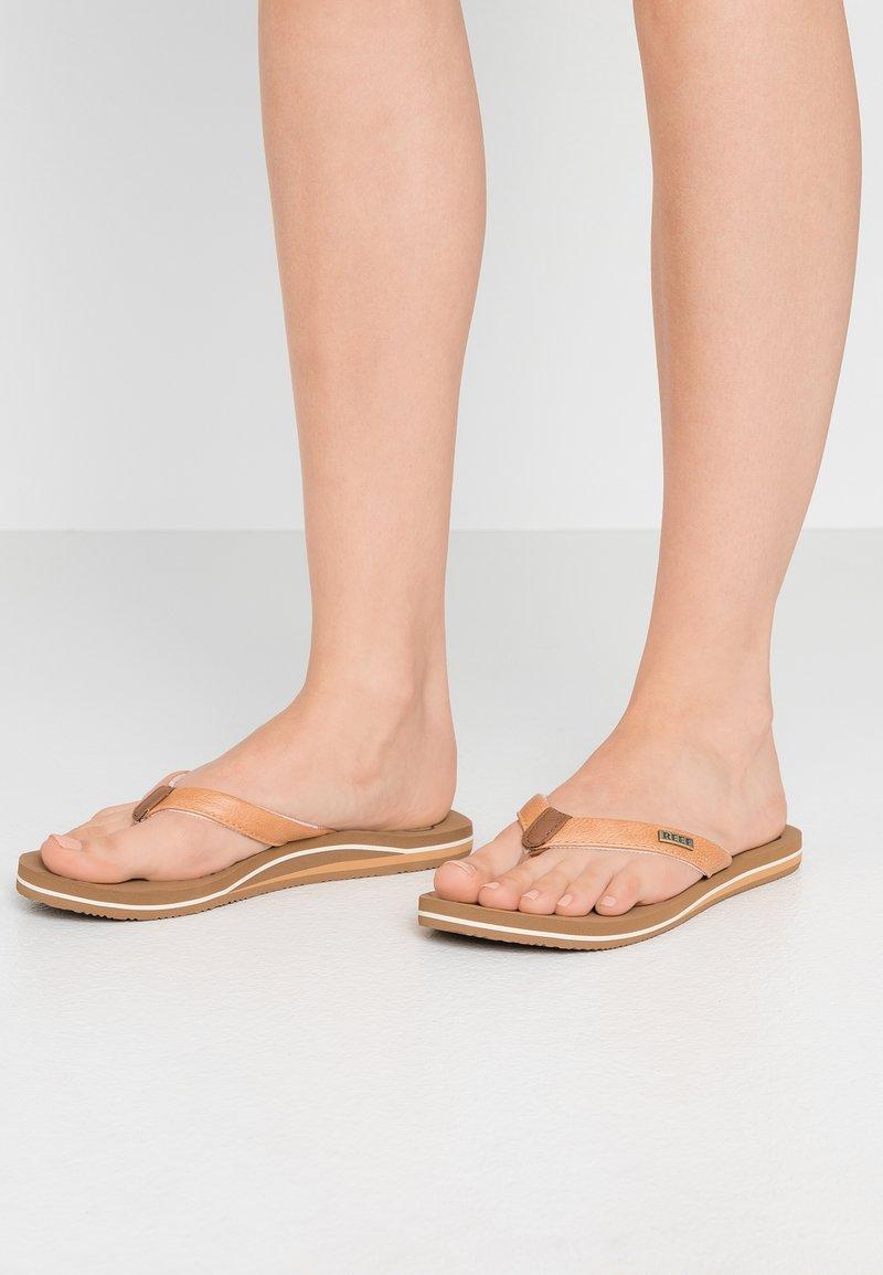 Reef - CUSHION - Sandály s odděleným palcem - natural