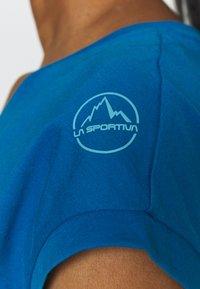 La Sportiva - CHIMNEY  - T-shirt con stampa - neptune/pacific blue - 4