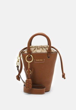 CECILYA MEDIUM TOTE - Handbag - caramello