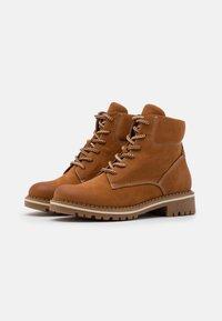 Tamaris - BOOTS - Šněrovací kotníkové boty - walnut - 2
