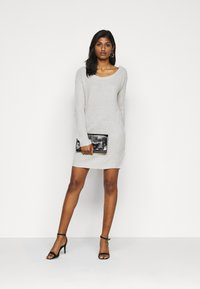 Missguided Petite - AYVAN OFF SHOULDER JUMPER DRESS - Sukienka dzianinowa - light grey - 1