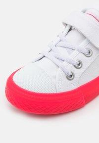 Levi's® - MAUI COS UNISEX - Trainers - white/fuchsia - 5
