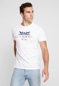 Levi's® - 2 HORSE GRAPHIC TEE - Print T-shirt -  white - 0