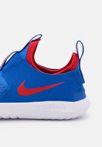 Nike Performance - FLEX RUNNER UNISEX - Scarpe running neutre - game royal/university red/photon dust/white - 5