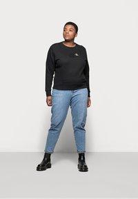 Calvin Klein Jeans Plus - MONOGRAM CREW NECK - Sweatshirt - black - 1