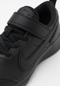 Nike Performance - VARSITY UNISEX - Neutral running shoes - black - 5