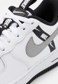 Nike Sportswear - FORCE 1 LV8 UNISEX - Trainers - white/black/silver - 5