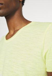 TOM TAILOR DENIM - TEE WITH BACKPRINT - Basic T-shirt - cream yellow melange - 8