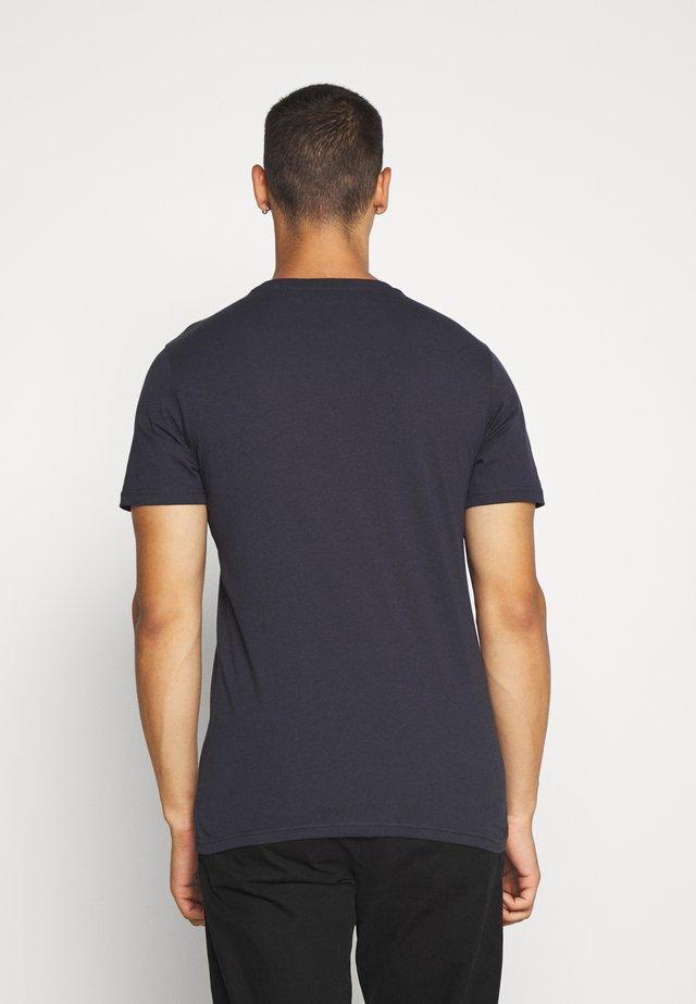 TONAL FLOCK LOGO TEE - T-shirt con stampa - sky captain