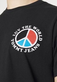 Tommy Jeans - LUV THE WORLD TEE - Print T-shirt - black - 4