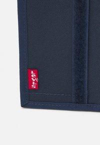 Levi's® - BATWING TRIFOLD WALLET UNISEX - Portefeuille - navy blue - 3
