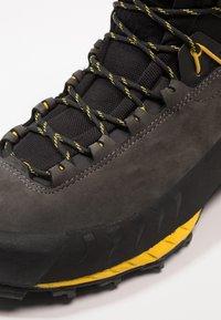 La Sportiva - TX5 GTX - Vysoká chodecká obuv - carbon/yellow - 5